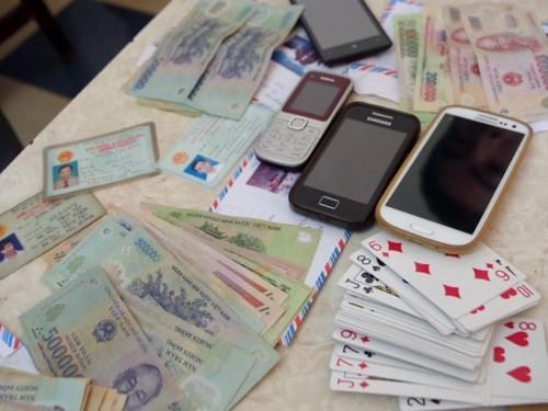 Tang vật gồm tiền, điện thoại, bộ bài tây mà cảnh sát thu giữ tại hiện trường