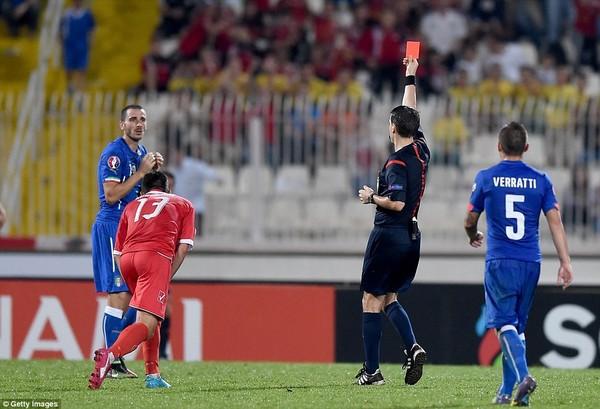 Trung vệ Bonucci bên phía Italia cũng bị đuổi khỏi sân ở cuối trận