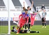 Hạ Newcastle, Chelsea lên ngôi đầu bảng Premier League