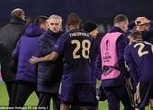 Bị loại sốc, Mourinho nói Tottenham phải khiêm tốn