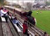10 sân bóng kỳ lạ nhất thế giới: Xe lửa chạy ngang sân