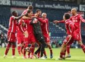 Thủ môn Alisson ghi bàn không tưởng phút bù giờ cứu Liverpool