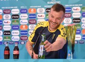 Sao tuyển Ukraine chọc tức Ronaldo