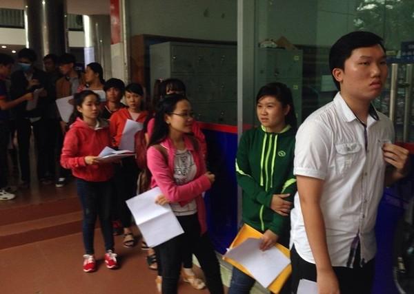 Thí sinh xếp hàng nộp hồ sơ đăng ký xetx tuyển trực tiếp tại Trường ĐH Công nghiệp TP.HCM, sáng 1-8