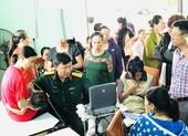 Bác sĩ quân y về vùng lũ Quảng Bình khám bệnh cho dân