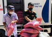 Bà con ở Quảng Bình tiếp gạo, cá khô đến bác sĩ quân y chống dịch