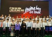 Trao 150 suất học bổng 'Tiếp sức đến trường' cho tân sinh viên