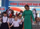 Cô trò rạng ngời trong lễ khai giảng ở những ngôi trường mới