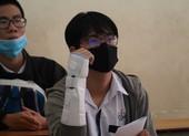 Bị chấn thương ở tay phải nhưng vẫn quyết tâm đi thi THPT
