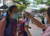 Dịch COVID-19: Học sinh quận 6 đi học lại, khẩu trang kín mít