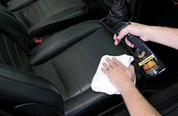 Không nên sử dụng dung dịch tẩy rửa thông thường để làm sạch bề mặt da.