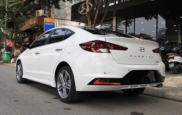 Hyundai Elantra đang được giảm giá từ 10-20 triệu đồng.