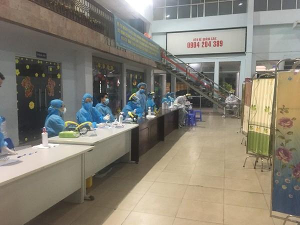 Các nhân viên y tế có mặt từ 4 giờ sáng (ngày 11-4) để thực hiện nhiệm vụ.