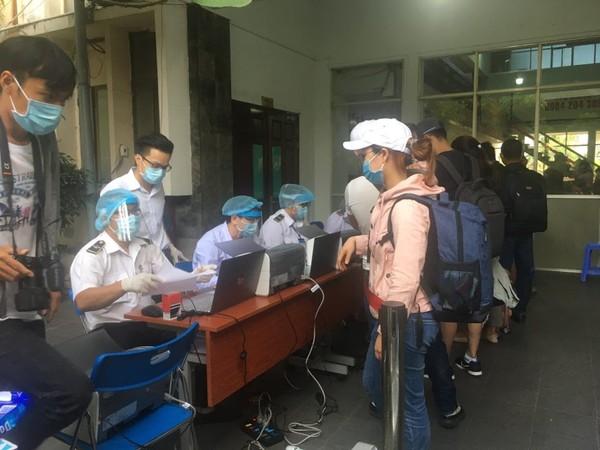 Hành khách khai báo y tế theo thứ tự.