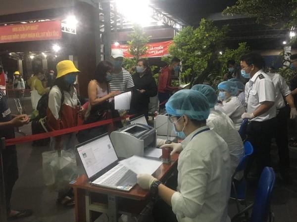 Hành khách rất tuân thủ hướng dẫn của nhân viên tại Ga Sài Gòn.