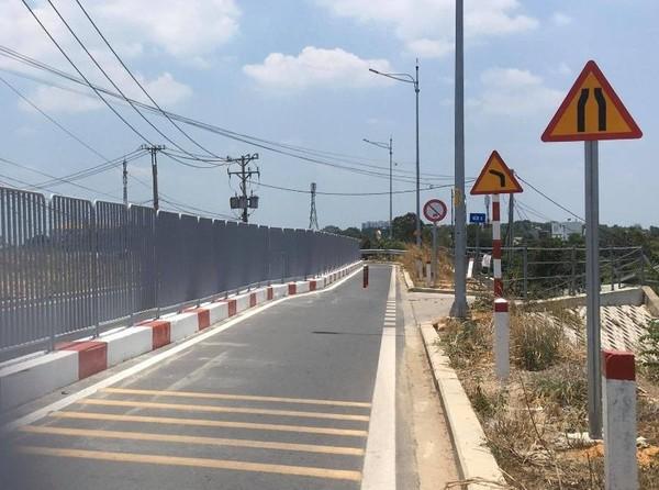 Từ cổng C5 đi về phía khu dân cư được xây dựng dải phân cách và biển báo.