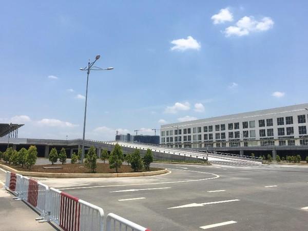 Các hạng mục nhà ga, chỗ đậu xe nhìn từ phía cổng C5 cũng đã hoàn thiện.