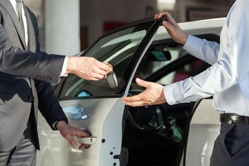 Thuê ô tô tự lái cần kiểm tra xe và các giấy tờ liên quan đầy đủ.