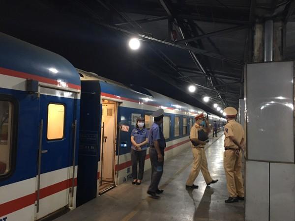 Lực lượng chức năng đi kiểm tra, giám sát tình hình hoạt động tại ga.