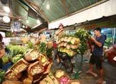 Tấp nập chợ hoa sỉ ngày 8-3