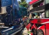 2 ô tô tông nhau, 1 phụ nữ đứng chờ xe buýt tử vong