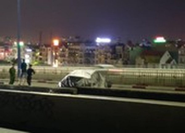 Ô tô BMW bị gỡ biển số, trùm bạt kín nằm trên cầu Sài Gòn