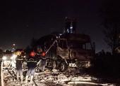 Xe tải chở vải vụn cháy ngùn ngụt gần cầu Phú Mỹ