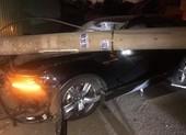 Người nước ngoài lái ô tô buồn ngủ tông ngã hàng loạt cột điện