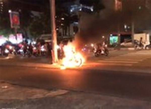 Xe máy bốc cháy bất ngờ, chủ xe nháo nhào bỏ chạy