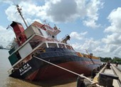 Tàu chở container lật tại cảng Hiệp Phước