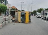 Xe tải chở gas lật trên đường Phạm Văn Đồng