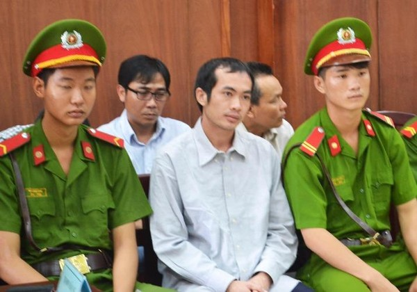 Bị cáo Nguyễn Thân Thảo Thành (hàng đầu) đề nghj hoãn phiên tòa vì sức khỏe không đảm bảo. Ảnh: TẤN TÀI