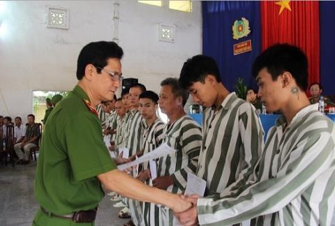 Thiếu tướng Nguyễn Ngọc Bằng trao giấy chứng nhận đặc xá cho các phạm nhân.