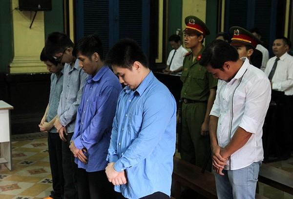 Bị cáo Phạm Sỹ Hoài Như (áo trăng) và các bị cáo tại phiên tòa sáng 23-9. Ảnh: HOÀNG GIANG