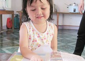 Bé biết đọc, hát tiếng Anh khi ba tuổi