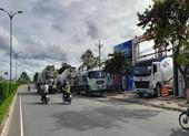 Đoàn xe bê tông 'khủng' dàn trận chiếm mặt đường QL60