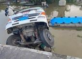 Tiền Giang: Sập cầu, xe  tải chở 15 tấn lúa rơi xuống sông