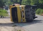 Đang chạy, xe tải rơi bánh, lật nhào trên đường