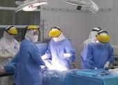 Mổ cấp cứu bắt con cho sản phụ nhiễm COVID-19 tại khu cách ly