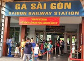 Người Sài Gòn hối hả tới ga tàu đi nghỉ lễ