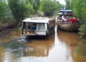 Nông dân ngăn ghe chở gỗ vì làm đục nước sông