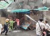 Dân cảm ơn cảnh sát PCCC dập vụ cháy sát chợ Hạnh Thông Tây