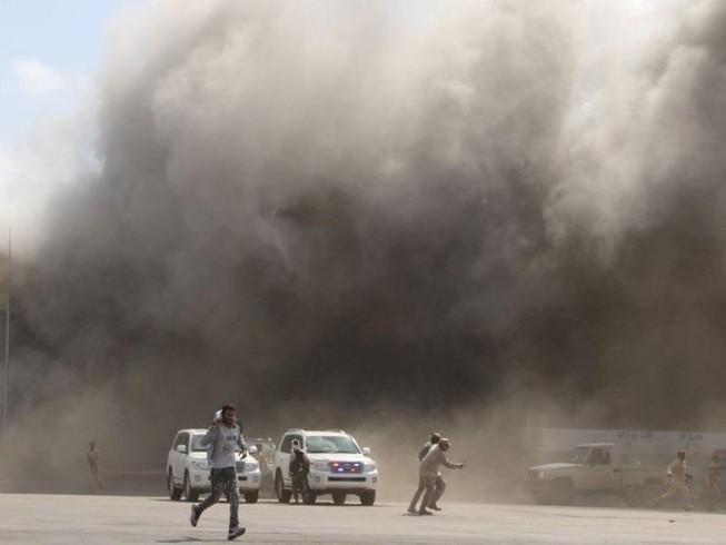 Khói bụi bốc lên sau khi xảy ra những vụ tấn công vào sân bay ở Aden, Yemen ngày 30-12.