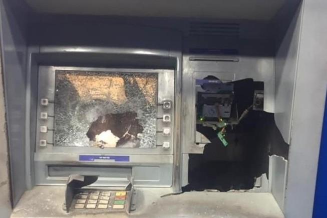 Tạm giữ người đập máy ATM ở Bình Dương