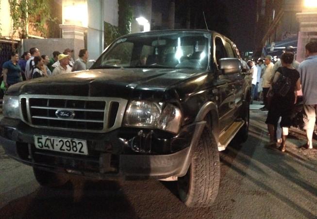Ô tô tông thẳng vào chốt bảo vệ, một người bị thương