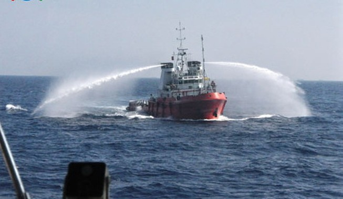 Ngày 5-6: Tàu TQ rọi đèn pha để phun vòi rồng vào tàu VN ngay trong đêm