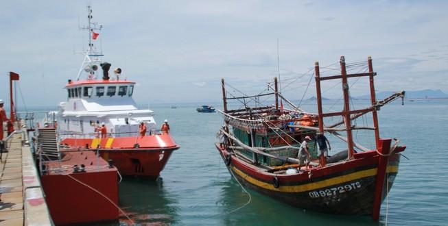 """Tàu cá và bảy ngư dân gặp nạn đã thoát khỏi """"móng vuốt"""" của Thần Sấm"""