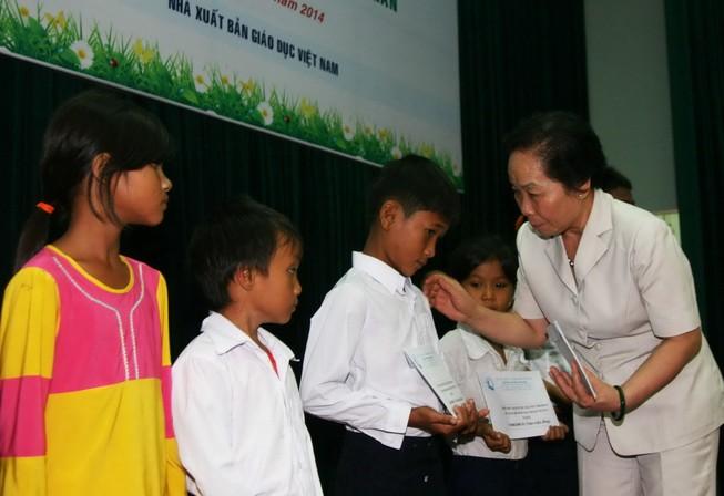 Phó Chủ tịch nước trao học bổng cho trẻ em Ninh Thuận