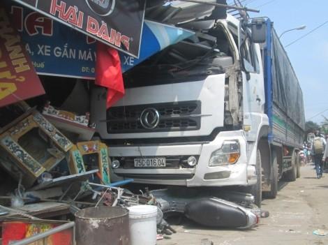 Xe tải gây tai nạn liên hoàn rồi đâm sập nhà dân