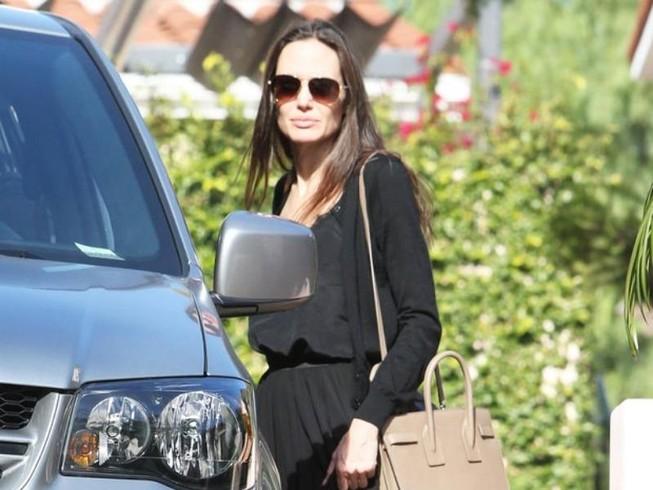 Angelina gầy gò sau ly hôn, tay không nhẫn cưới